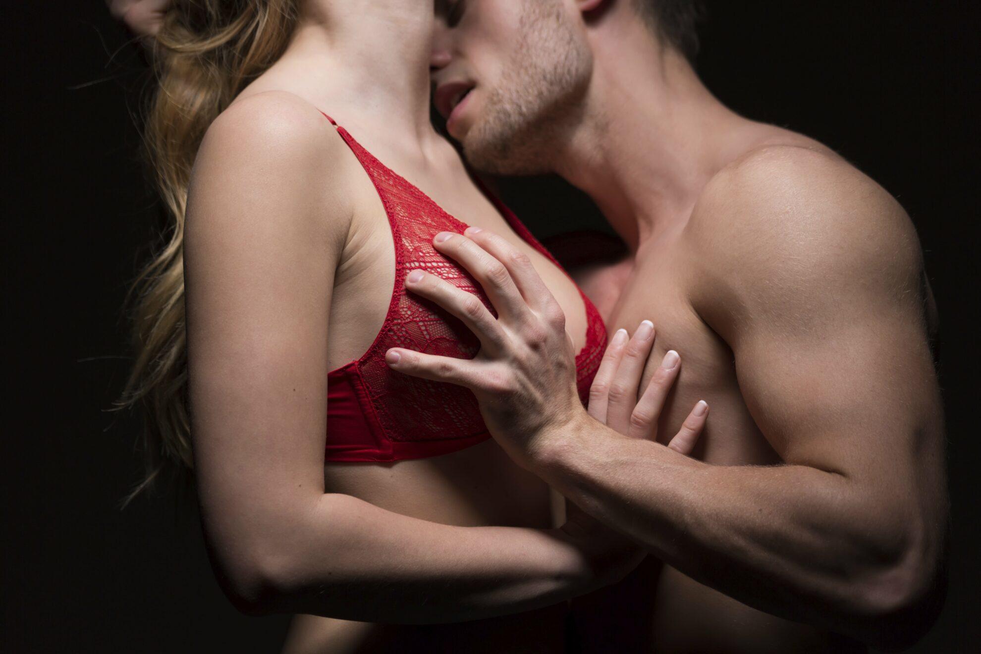 Страстно целуются и трахаются
